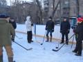 Представители городской администрации провели тренировку по хоккею на валенках
